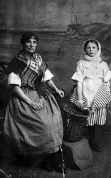 Newhaven fishwife Mrs Milligan and her daughter Helen